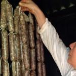 Chorizos en ahumador